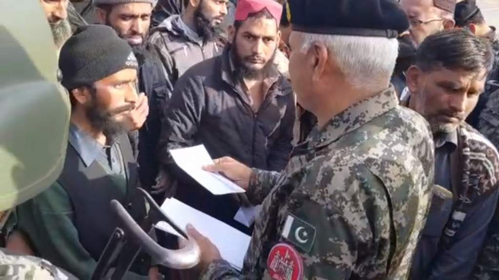 Director General Rangers Punjab Maj-Gen Azhar Naveed distributing cash among the freed workers of religious groups